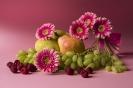 Розовый натюрморт с фруктами